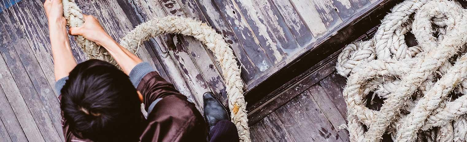 Junge zieht Seil